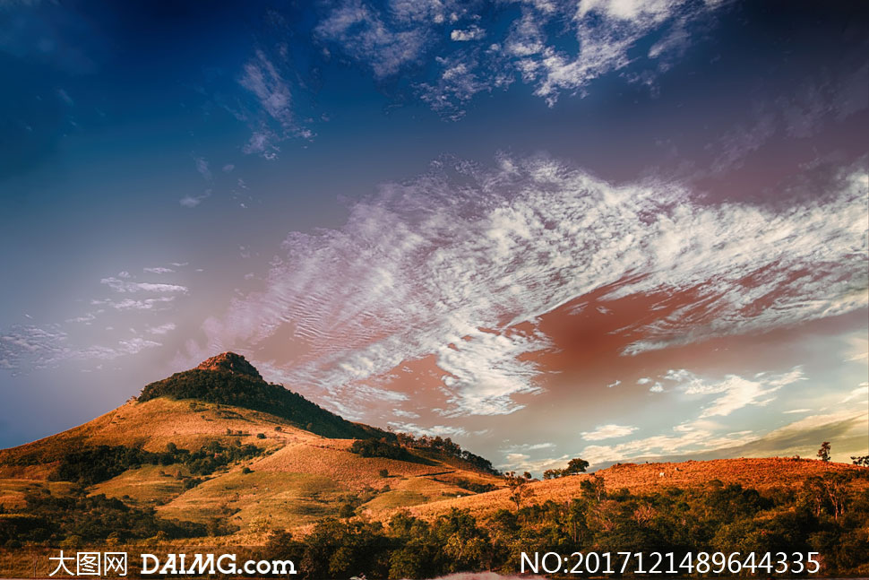 天空白云山坡树木风景摄影高清图片