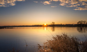 蓝天白云湖泊黄昏风光摄影高清图片