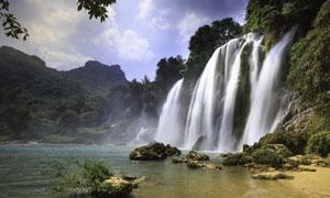 岩壁上倾泻而下的瀑布摄影高清图片