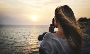 在对着大海拍照的美女摄影高清图片