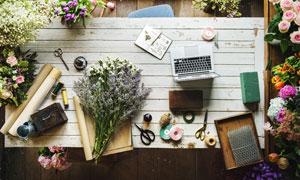 桌子上的花朵与电脑等摄影高清图片