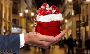 放在手上的圣诞礼物袋摄影高清图片