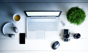 在桌面上的耳机等数码设备高清图片