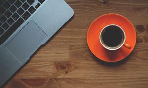 桌上的电脑与咖啡杯子摄影高清图片