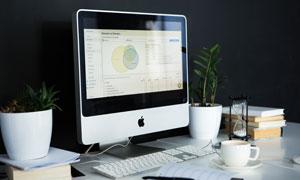 桌面上的电脑与咖啡杯摄影高清图片