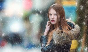 在雪中站着的红唇美女摄影高清图片