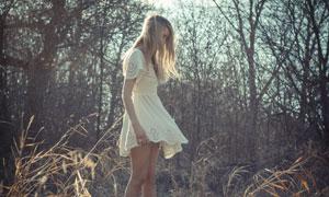 草丛中的白裙美女人物摄影高清图片