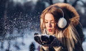 吹走手中雪的冬装美女摄影高清图片