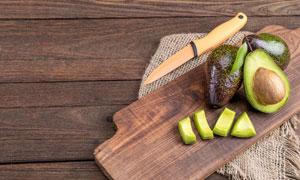 陶瓷刀与切开的牛油果摄影高清图片