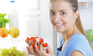 吃草莓的长发美女人物摄影高清图片