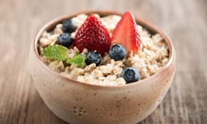 碗里的燕麦与蓝莓草莓摄影高清美高梅