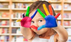 双手蘸有颜料的小女孩摄影高清图片