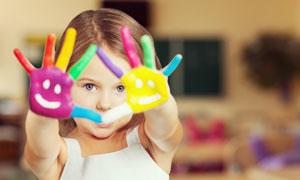 手涂着颜料并做手势的女孩高清图片