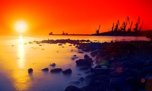 海边的礁石与钻探设施摄影高清图片