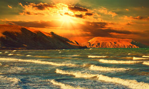 远山与涌向海边的潮水摄影高清图片
