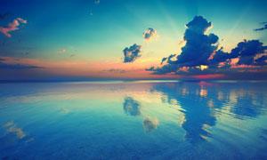 大海与躲在乌云的阳光摄影高清图片