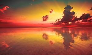 倒影在大海之上的黄昏风光高清图片