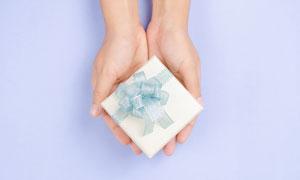 拿在手里的礼物盒特写摄影高清美高梅
