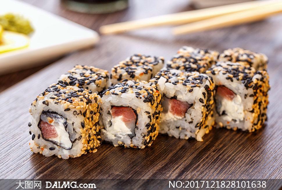 裹黑白芝麻的寿司特写摄影高清图片