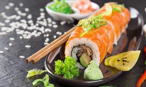 放在盘子里的寿司特写摄影高清图片