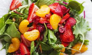 桔子草莓与菠菜等蔬菜沙拉高清图片