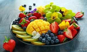 切好摆在盘子里的水果摄影高清图片