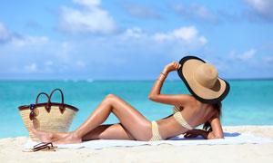 躺在海滩上看海景的比基尼美女图片