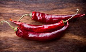 放在桌上的精选红辣椒摄影高清图片
