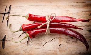 用麻绳系起来的红辣椒摄影高清图片
