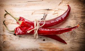 用麻绳捆起来的红辣椒摄影高清图片
