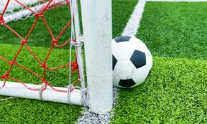 放在球门边的足球特写摄影高清图片