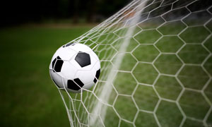 射门之后撞在球网上的足球高清图片