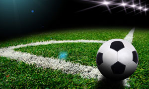 放在角球位置上的足球摄影高清图片
