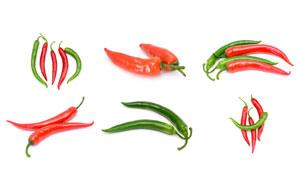 三三两两摆放着的辣椒摄影高清图片