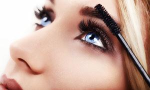 刷睫毛膏的蓝眼睛美女摄影高清图片