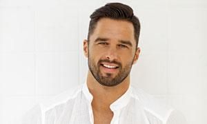 穿白衬衫的络腮胡男子摄影高清图片