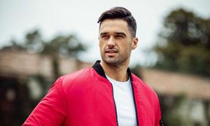 穿着红外套的男装模特摄影高清图片