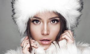 白色毛绒绒的冬日打扮美女高清图片