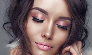 戴有假睫毛的妆容美女摄影高清图片