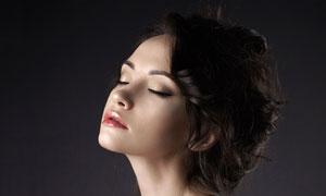 闭着眼的性感露肩美女摄影高清图片