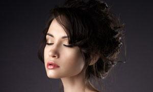 头发盘起的一字肩美女摄影高清图片