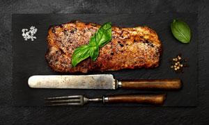 刀叉餐具与煎好的牛排摄影高清图片