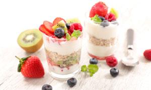 桌上两杯水果制品早餐摄影高清美高梅