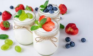 提子草莓与杯中的酸奶摄影高清图片