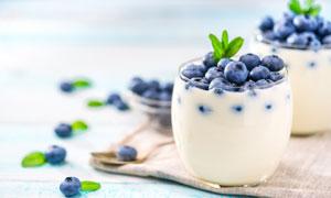 在玻璃杯中的牛奶蓝莓摄影高清图片