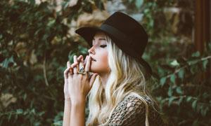 戴黑色帽子的金发美女摄影高清图片