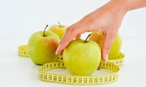 软尺与去拿青苹果的手摄影高清美高梅