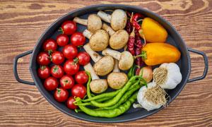 煎锅中的西红柿辣椒与蘑菇高清图片