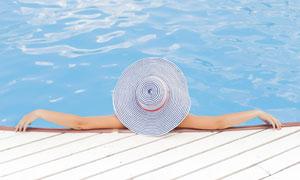 靠在泳池边的游泳人物摄影高清图片