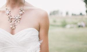 白色抹胸造型婚纱新娘摄影高清图片